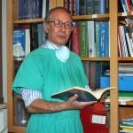 Prof. Giovanni Serra nello studio