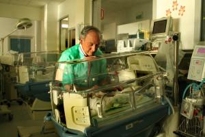 Il Prof. Giovanni Serra mentre visita un suo piccolo paziente