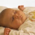 bambino-dorme-a-pancia-in-su-sids