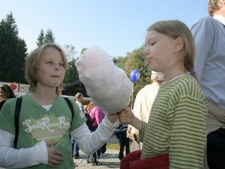 girls_enjoying_cotton_candy